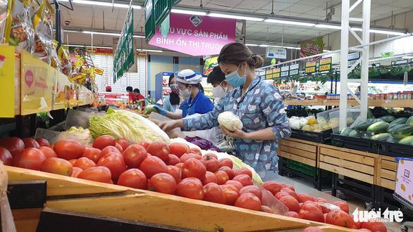Sau chỉ thị cách ly toàn xã hội, siêu thị ở TP.HCM gạo, thịt... vẫn đầy ắp - Ảnh 3.