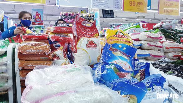 Sau chỉ thị cách ly toàn xã hội, siêu thị ở TP.HCM gạo, thịt... vẫn đầy ắp - Ảnh 1.