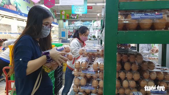 Sau chỉ thị cách ly toàn xã hội, siêu thị ở TP.HCM gạo, thịt... vẫn đầy ắp - Ảnh 6.
