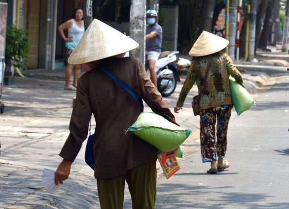 3 người bỏ dở chén trà, mua 1,5 tấn gạo chia cho người nghèo trước giờ cách ly - Ảnh 3.