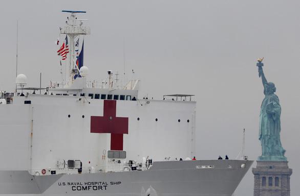 Dân New York mừng vui đón tàu bệnh viện 1.000 giường tới giải vây - Ảnh 1.