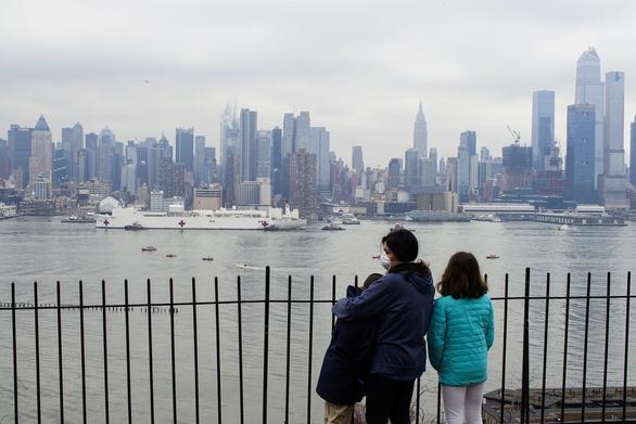 Dân New York mừng vui đón tàu bệnh viện 1.000 giường tới giải vây - Ảnh 4.