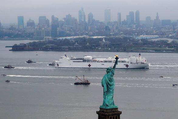 Dân New York mừng vui đón tàu bệnh viện 1.000 giường tới giải vây - Ảnh 6.