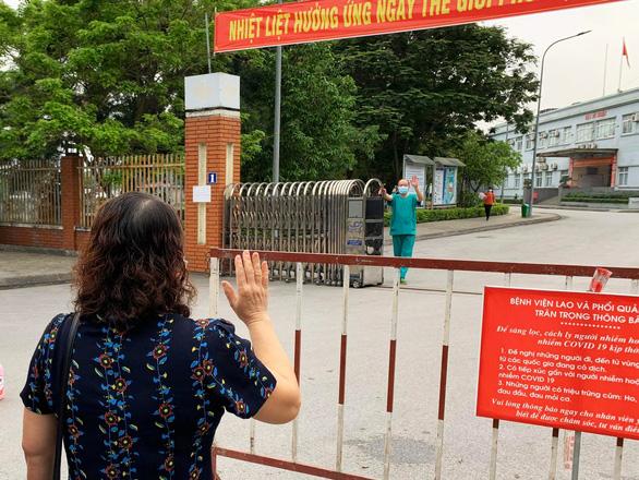 Vợ thăm chồng là giám đốc bệnh viện qua hàng rào cách ly - Ảnh 4.