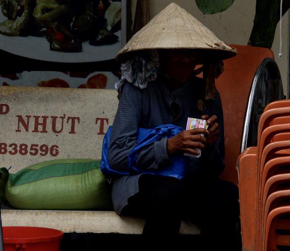 3 người bỏ dở chén trà, mua 1,5 tấn gạo chia cho người nghèo trước giờ cách ly - Ảnh 2.