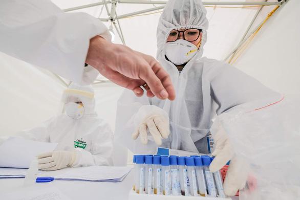 Thêm 2 người ở TP.HCM, 1 người ở Hà Nội mắc COVID-19 mới, tổng cộng 207 ca - Ảnh 1.