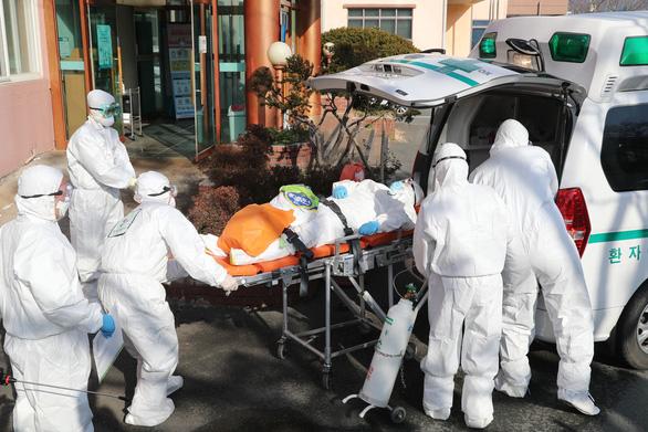 Hàng ngàn người chờ giường bệnh tại Hàn Quốc trong dịch corona - Ảnh 1.
