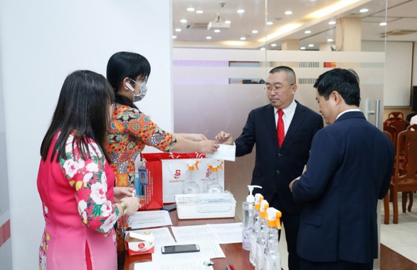 đại biểu được phát khẩu trang và mời rửa tay trước khi vào hop