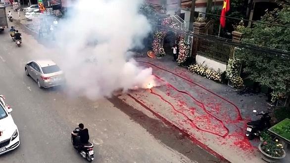 Vụ đốt pháo đám cưới ở Hà Nội: Truy cứu trách nhiệm hình sự được không? - Ảnh 2.