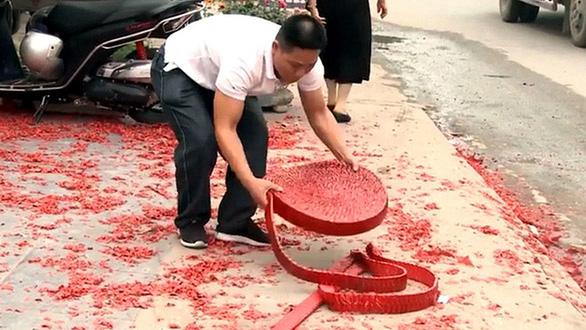 Vụ đốt pháo đám cưới ở Hà Nội: Truy cứu trách nhiệm hình sự được không? - Ảnh 1.
