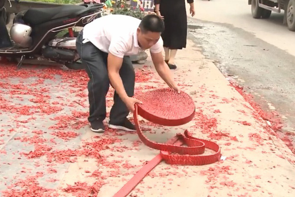 Một gia đình tại Hà Nội đốt băng pháo dài hàng chục mét trong đám cưới - Ảnh 2.