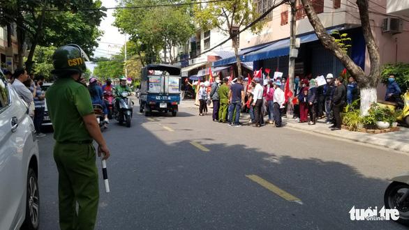 Hàng chục khách hàng vây công ty bất động sản để đòi đất và sổ đỏ - Ảnh 1.