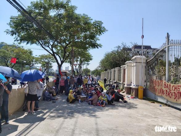 Hàng chục khách hàng vây công ty bất động sản để đòi đất và sổ đỏ - Ảnh 2.