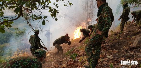 Gần 600 người chữa cháy rừng Núi Cấm 2 ngày mới tắt - Ảnh 2.