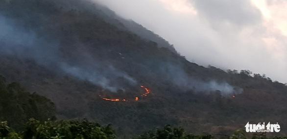 Gần 600 người chữa cháy rừng Núi Cấm 2 ngày mới tắt - Ảnh 1.