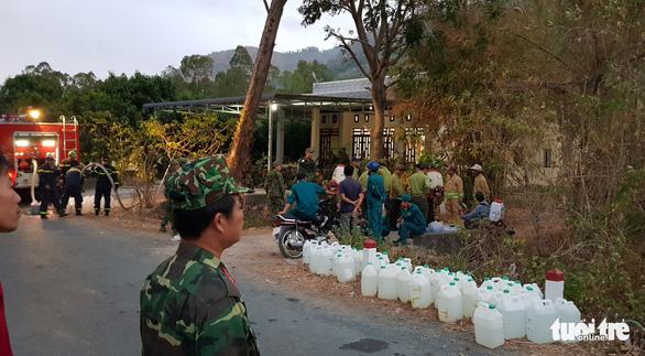 Gần 600 người chữa cháy rừng Núi Cấm 2 ngày mới tắt - Ảnh 3.