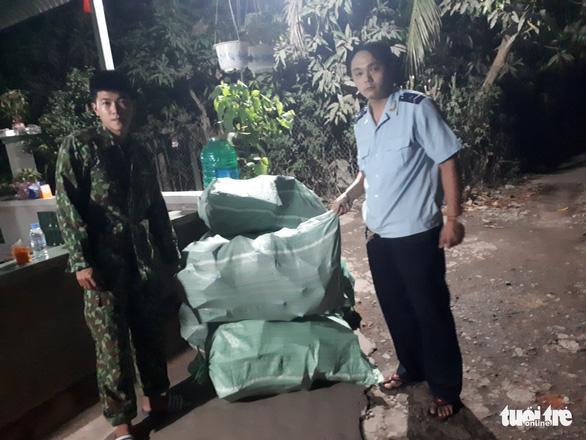 Chặn đứng hàng chục ngàn khẩu trang y tế chảy máu sang Campuchia - Ảnh 1.