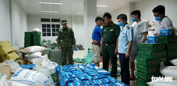 Chặn đứng hàng chục ngàn khẩu trang y tế chảy máu sang Campuchia - Ảnh 2.