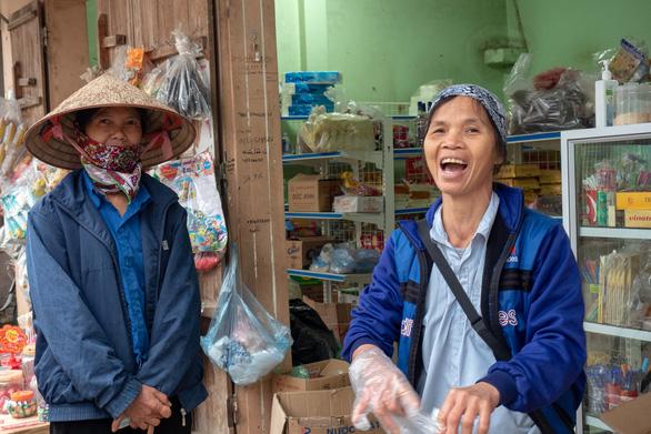 Hết cách ly, dân Sơn Lôi giữ thói quen rửa tay, đeo khẩu trang, xịt thuốc sát khuẩn - Ảnh 2.