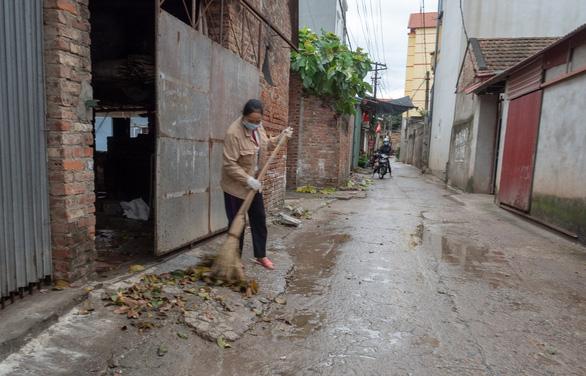 Hết cách ly, dân Sơn Lôi giữ thói quen rửa tay, đeo khẩu trang, xịt thuốc sát khuẩn - Ảnh 7.