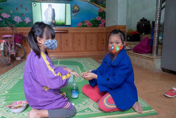 Hết cách ly, dân Sơn Lôi giữ thói quen rửa tay, đeo khẩu trang, xịt thuốc sát khuẩn - Ảnh 8.