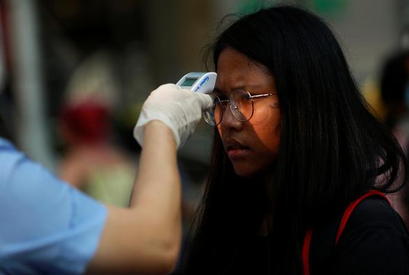 Thái Lan phát tiền cho người nghèo đối phó dịch COVID-19 - Ảnh 1.