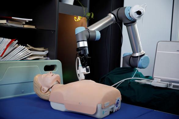 Trung Quốc chế cánh tay robot giúp khám bệnh nhân COVID-19 - Ảnh 1.