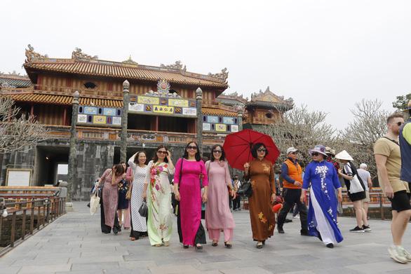 Phụ nữ mặc áo dài sẽ được miễn vé tham quan di tích Huế dịp 8-3 - Ảnh 1.