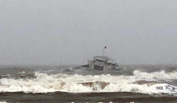 Tàu 3.000 tấn nghiêng, 8 thuyền viên bơi vào bờ trong sóng lớn - Ảnh 1.