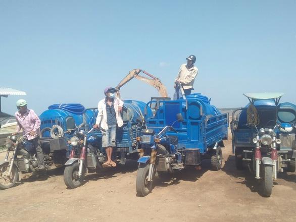 Chở nước ngọt từ TP.HCM chi viện cho bà con vùng mặn miền Tây - Ảnh 2.