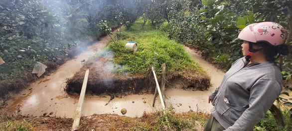 Chất thải lạ đổ trộm vào vườn nhà dân, đốt đâu cháy đó - Ảnh 4.