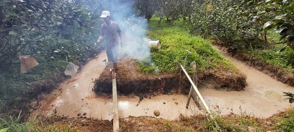 Chất thải lạ đổ trộm vào vườn nhà dân, đốt đâu cháy đó - Ảnh 1.