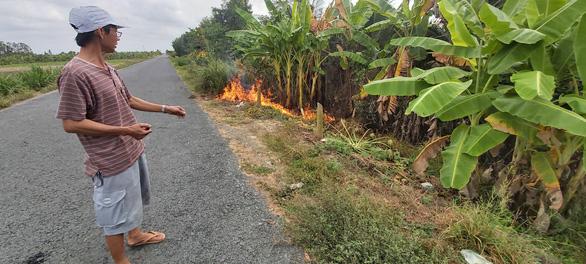 Chất thải lạ đổ trộm vào vườn nhà dân, đốt đâu cháy đó - Ảnh 3.