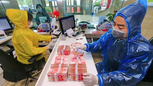 WHO khuyến cáo cẩn trọng với nguy cơ lây nhiễm corona từ tiền mặt - Ảnh 1.