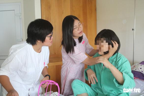 Hơn 2.500 người trao tặng tóc thật cho bệnh nhân ung thư vú - Ảnh 1.