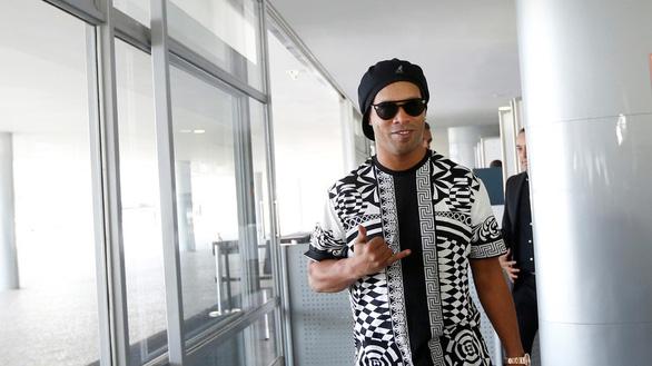 Ronaldinho bị cảnh sát bắt tại Paraguay - Ảnh 2.