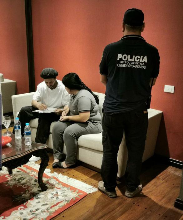 Ronaldinho bị cảnh sát bắt tại Paraguay - Ảnh 1.
