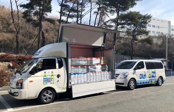 Các công ty rượu Hàn Quốc tặng ethanol làm chất khử trùng chống corona - Ảnh 1.