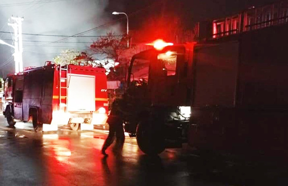 Cả trăm kiôt ở chợ bốc cháy trong đêm, thiệt hại hàng tỉ đồng - Ảnh 1.