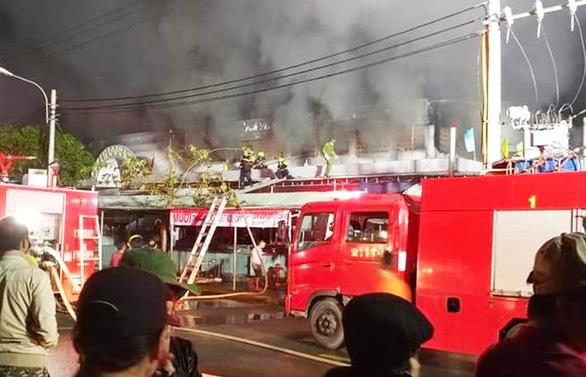 Cả trăm kiôt ở chợ bốc cháy trong đêm, thiệt hại hàng tỉ đồng - Ảnh 2.