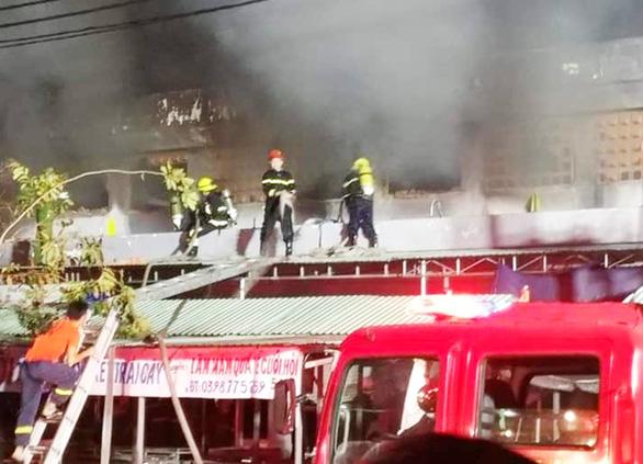 Cả trăm kiôt ở chợ bốc cháy trong đêm, thiệt hại hàng tỉ đồng - Ảnh 3.