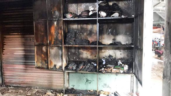 Cả trăm kiôt ở chợ bốc cháy trong đêm, thiệt hại hàng tỉ đồng - Ảnh 4.