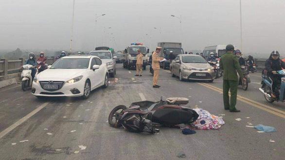 Người đàn ông tử vong cạnh xe máy trên cầu Vĩnh Tuy khiến giao thông tê liệt - Ảnh 1.