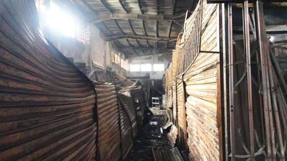Cả trăm kiôt ở chợ bốc cháy trong đêm, thiệt hại hàng tỉ đồng - Ảnh 5.