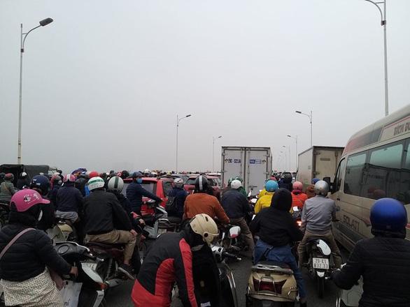 Người đàn ông tử vong cạnh xe máy trên cầu Vĩnh Tuy khiến giao thông tê liệt - Ảnh 2.