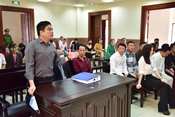 Hoãn xử lần 5 vụ chém bác sĩ Chiêm Quốc Thái, đợi áp giải bà Trần Hoa Sen - Ảnh 1.