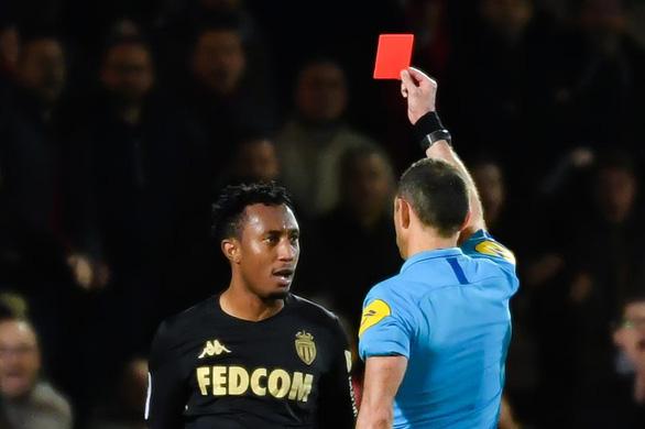 Đẩy ngã trọng tài, tiền đạo Monaco bị treo giò 6 tháng - Ảnh 1.