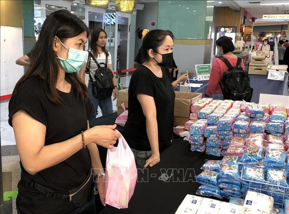 Thái Lan phát tiền mặt cứu trợ người nghèo - Ảnh 1.