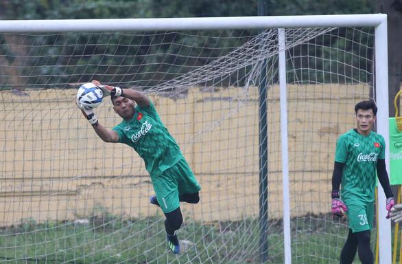Cựu thủ môn U23 Việt Nam bị treo giò 2 trận vì thi đấu tiêu cực - Ảnh 2.