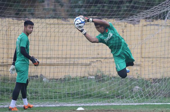 Cựu thủ môn U23 Việt Nam bị treo giò 2 trận vì thi đấu tiêu cực - Ảnh 1.